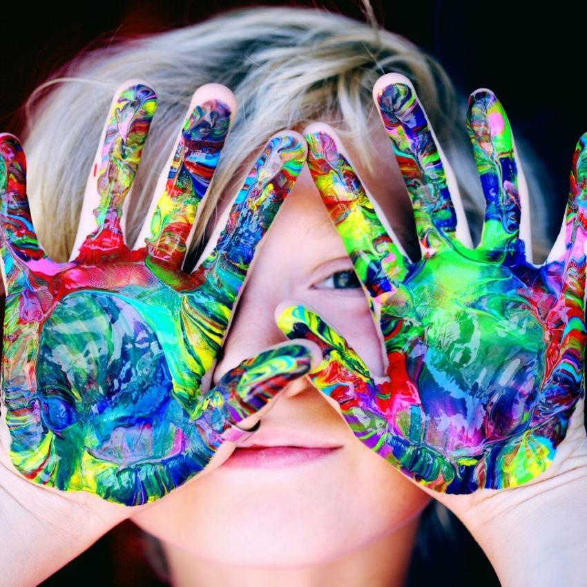 Kind zeigt zwei bemalte Hände